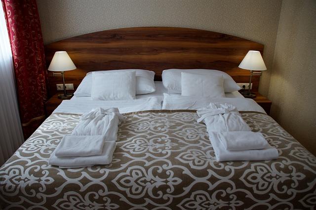 manželská postel v hotelu