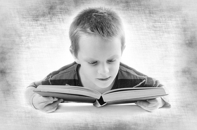 chlapec nad knihou.jpg