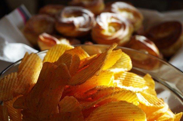 bramborové lupínky v misce.jpg