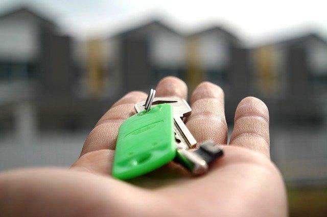 ruka s klíčemi